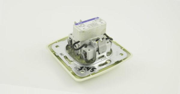 Коридорный выключатель с подключенным реле времени