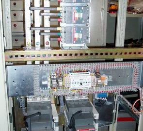 Шкаф АВР c основным вводом от сети, резервным вводом от дизель-генератора, и одной нагрузкой, выполненный на БУАВР.ЭА и автоматических выключателях с мотор-приводом