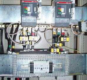 Шкаф АВР на два ввода и две нагрузки, с 2 секционными выключателями, выполненный на БУАВР.2C и контакторах.