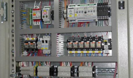 ЩИТ АВР на ток 2000А. 2 ввода и две нагрузки с секционным выключателем, выполнен на выкатных автоматических выключателях типа TemPower 2 AR220S ф.Terasaki Управление – на БУАВР.С.220.220.12/24.Т. Регистрация аварийного срабатывания автоматических выключателей - на указательных реле РЭУ11М