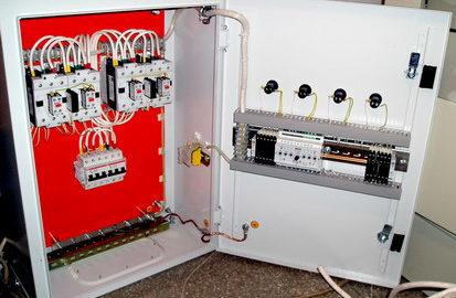 Шкаф АВР c двумя вводами от сети, резервным вводом от дизель-генератора и одной нагрузкой, выполнен на БУАВР.К и БУАВР.ЭА и 4 контакторах.