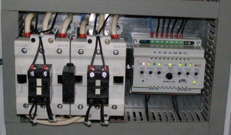 Шкаф АВР на 50А, с 2 сетевыми вводами и одной нагрузкой, выполненный на БУАВР1.220 и контакторах BF50 ф. lovato