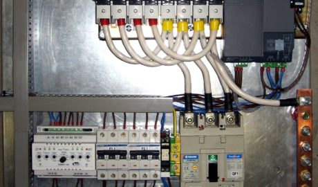 Щит АВР на 160А, с 2 сетевыми вводами и одной нагрузкой. Управление от БУАВР1.220. В качестве силового коммутирующего элемента применен переключатель нагрузки с мотор-приводом ATyS 3s ф.Socomec.