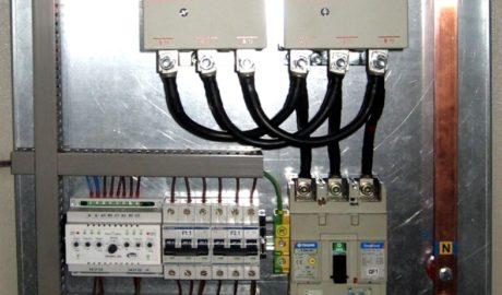 Щит АВР на 145А, с 2 сетевыми вводами и одной нагрузкой. Управление от БУАВР1.220. В качестве силовых коммутирующих элементов применены контакторы 11BF 145-00 ф. Lovato.