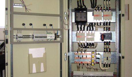 Шкаф вводно-распределительный на 180А с АВР на 3 ввода – 2 сетевых и 1 ввод от ДГУ, с цепью обводного эл.питания. Управление на БУАВР1.220. В качестве силовых коммутирующих элементов применены контакторы 11 В180-00 ф. Lovato