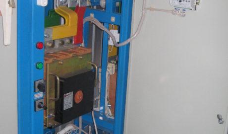 Щит АВР на автоматических выключателях BA55-43 с номинальным током 1600А на два ввода и две нагрузки с секционным выключателем. Схема управления АВР выполнена на БУАВР.С.220.220. Фотография ячейки секционного выключателя.
