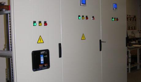 Щит АВР на 1250А на перекидных моторизированных рубильниках ATyS 3e ф.Socomec, c двумя сетевыми вводами и резервным вводом от дизель-генератора, двумя группами равнозначных нагрузок I категории, с секционным выключателем, выполненном на автоматическом выключателе TemBreak2 XS1250CE от Terasaki. Схема управления АВР выполнена на БУАВР.С.220.220 и двух блоках БУАВР.ЭА.220.220.12/24.