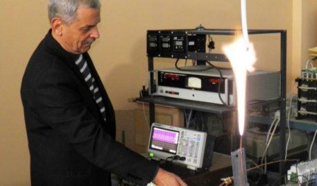 Испытания генератора плазмы для системы активации горения. Факел из плазмы, сформирован в воздушной среде.