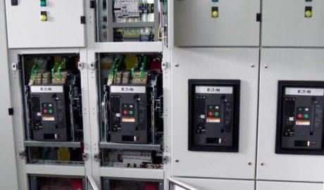 Щит АВР для ЦОД на 4 ввода. Состоит из 2 идентичных АВР. Каждый АВР имеет свой сетевой ввод с резервированием от своего дизеля. Силовые коммутационные элементы – автоматические выключатели Eaton IZMX 16 на ток 1000 А. Схема управления АВР выполнена на БУАВР.КИ.220.М. АВР опертока – на реле напряжения РН1.