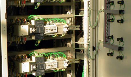 Фрагмент щита АВР для ЦОД. В одной ячейке размещено 6 шт. АВР на 63А. В качестве силовых коммутационных элементов применены моторизированные рубильники Socomec ATyS S на 63А. Схема управления АВР выполнена на БУАВР.КИ.220.М.